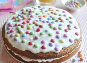 Gâteau multicolore fourré au Yaourt goût vanille et Smarties®