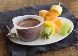 Brochettes de fruits frais et Velours de Crème