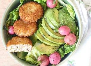 Salade romaine, radis glacés, avocat et palets Salakis