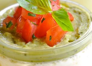 Panna cotta salée à la crème d'avocat et tomates fraîches