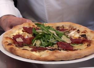 Pizza aux fromages, bresaola et roquette