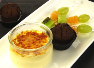 Crème brûlée, moelleux au chocolat et brochette de fruits
