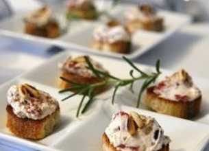 Crostini à la crème ricotta, tomates confites et pignons de pin
