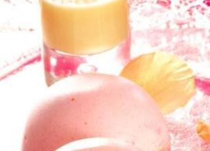 Dôme de mousse framboise, Cœur de panna cotta et Crème à la rose