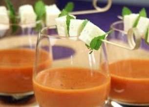 Gaspacho tomates et fraises, brochettes fromage de brebis et menthe