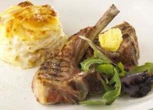 Gratin au camembert et côtes d'agneau