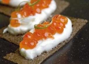 Œufs de saumon et sa crème salée, sur galette de blé noir