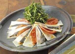 Pétales de tomates confites à l'Ossau-Iraty Istara et anchois marinés