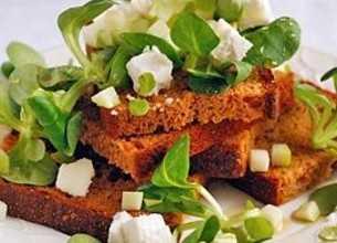 Petits toasts de pain d'épices au fromage de chèvre, mâche et pommes