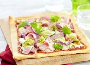 Pizza au jambon, mozzarella et copeaux de courgettes