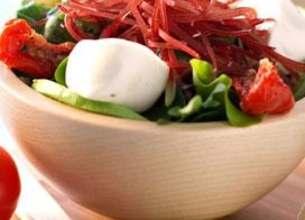 Salade de roquette et bocconcini à la viande séchée et avocat