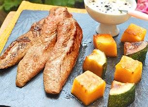Aiguillettes de canard, melon et courgettes grillées à la plancha, sauce au poivre