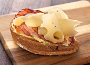Tartine au bacon et à l'emmental