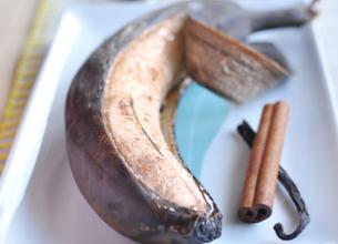 Banane rôtie sous la peau
