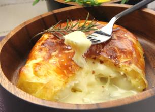 Camembert en croûte et salade de légumes