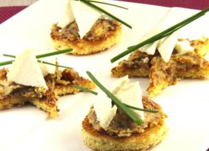 Canapés briochés au beurre de figue et copeaux de chèvre