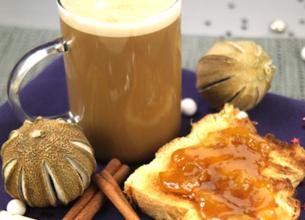 Cappuccino et ses toasts à la confiture de mirabelle et aux épices