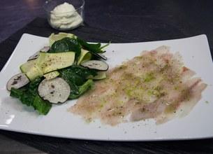 Carpaccio de bar à l'huile vanillée et salade fraîcheur