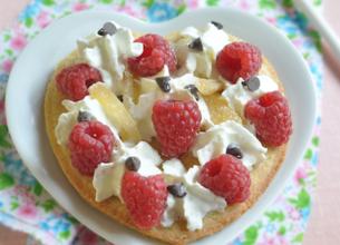 Coeurs croustillants aux framboises et crème fouettée au gingembre