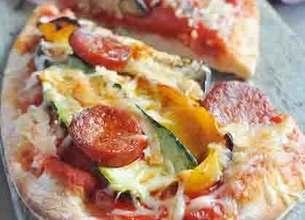 Pizza aux légumes grillés et chorizo