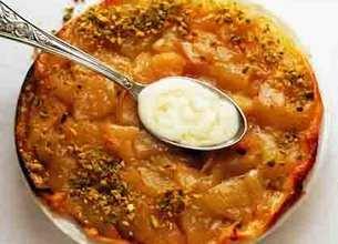 Tatin de poires aux pistaches concassées, crème fouettée au sirop d'érable
