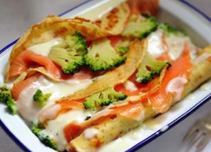 Crêpes roulées au saumon et aux brocolis