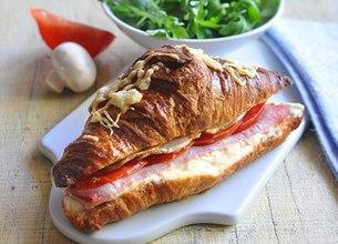 Croissants au jambon, oignons et champignons