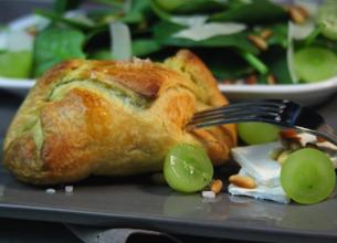 Feuilletés au camembert et salade de pousses d'épinard