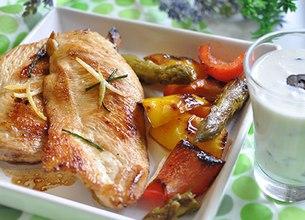 Filets de poulet grillés aux légumes du sud et crème aux olives