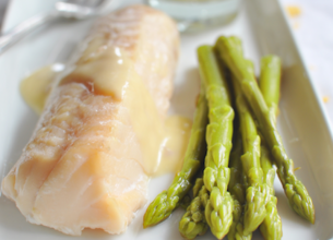 Filets de cabillaud, asperges vertes et sauce hollandaise
