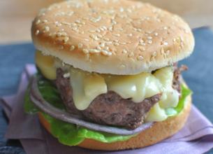 Hamburger au boeuf et au Saint Nectaire
