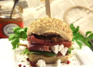 Hamburger jambon cru, fromage Salakis et confit d'oignon