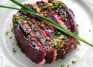Millefeuille de betterave rouge, rillettes de thon à la crème