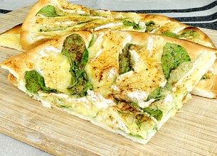 Pizza au Camembert et pousses d'épinard