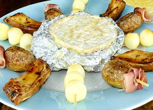Camembert au barbecue, brochettes et travers de porc