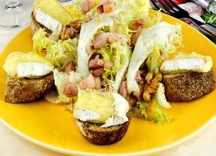 Salade aux croûtons, lard, noix et Camembert