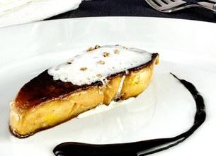 Escalope de foie gras poêlée à la mousse de lait au parfum de cardamome
