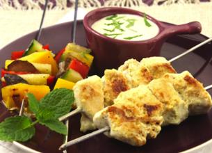 Mini duo de brochettes de poulet et légumes, marinade de yaourt épicée