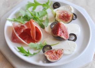 Mozzarella, jambon de Parme et figues en salade