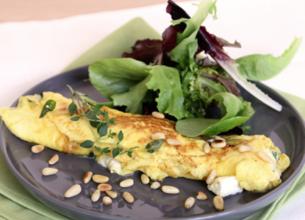 Omelette de chèvre frais mentholée et pignons de pin