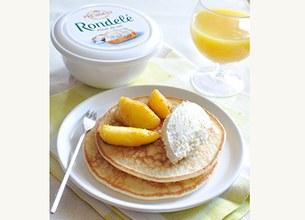 Pancakes au Rondelé et pêches rôties