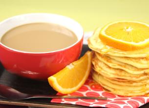 Matin Léger de Lactel au Café au Lait avec ses Pancakes à l'orange et au miel sans lactose