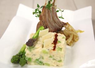 Risotto crémeux aux asperges vertes et au safran, carré d'agneau rôti