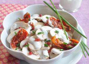Salade de champignons frais aux tomates confites et baies roses