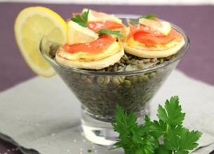 Salade de lentilles vertes citronnées et blinis de saumon