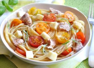Salade de pâtes au thon, tomates et tomme de brebis