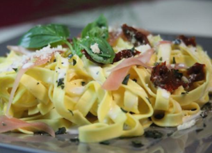 Tagliatelles au jambon de parme, tomates confites et basilic