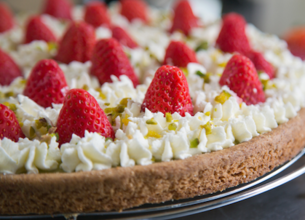 Tarte à la crème de pistache, fraises et chantilly