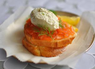 Toast au saumon fumé et crème à l'aneth