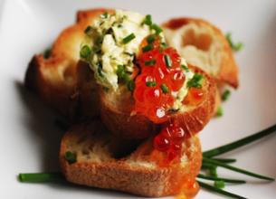 Toasts au « beurre » d'herbes fraîches et œufs de saumon